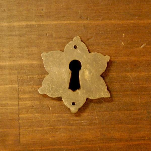 ブラス鍵穴460 真鍮金具 インドネシア直輸入 インテリアパーツ 古色仕上げ アンティーク仕上げ アクセサリーパーツ 真鍮部品 鍵飾り|artcrew|02