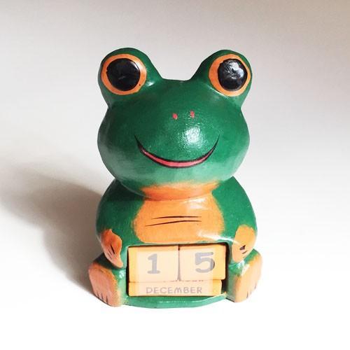 ほっこりかわいい アニマル カレンダー〈 カエル 〉 木彫り オブジェ アジアン雑貨 インドネシア バリ 蛙 かえる ケロ|atelier-ayumi