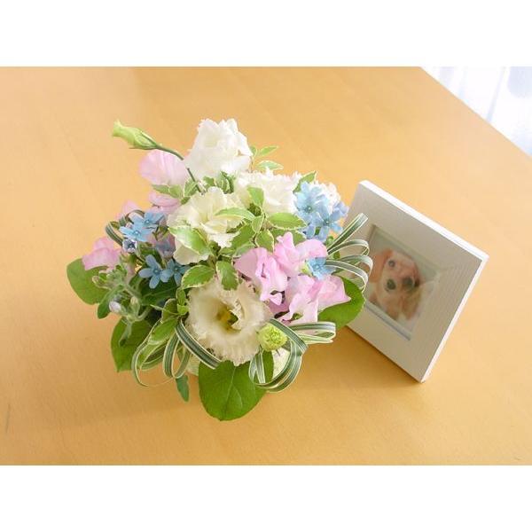 『スタンダード』写真たて付き 季節のお花のお供えアレンジメント  hana-mizuki