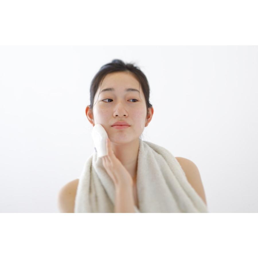iimin 洗顔ミトン 国産シルク100%がしっとりすべすべのヒミツ。いつも以上に肌を優しく洗い上げる洗顔ミトン。群馬産シルク使用、日本製(made in japan)。|iimin|02