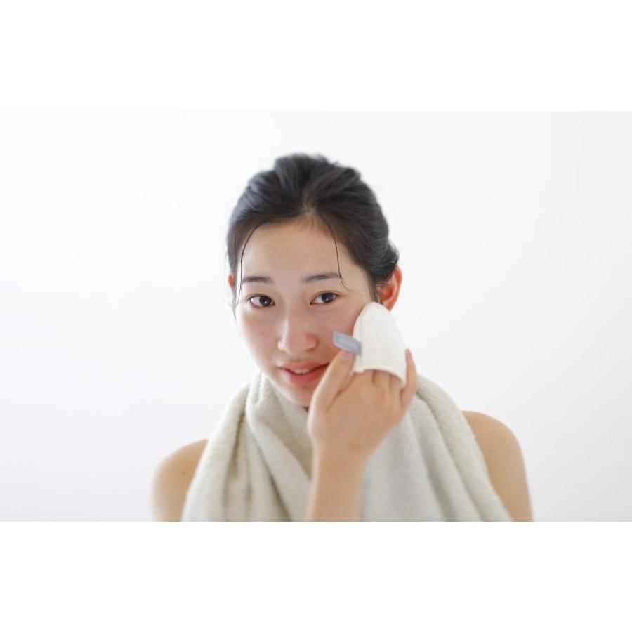 iimin 洗顔ミトン 国産シルク100%がしっとりすべすべのヒミツ。いつも以上に肌を優しく洗い上げる洗顔ミトン。群馬産シルク使用、日本製(made in japan)。|iimin|03