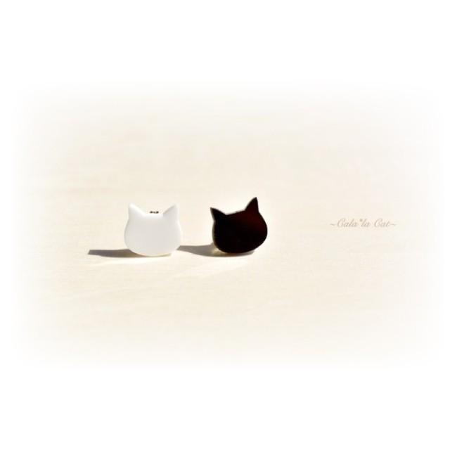 白猫顔と黒猫顔のシンプルピアス/イヤリング ハンドメイド おしゃれ 猫 グッズ 雑貨 女性 日本製  バレンタイン ホワイトデー ギフト プレゼント 誕生日 犬屋 inuya