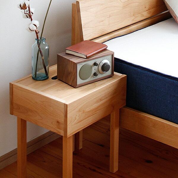 シンプルなデザインのアルダー材のナイトテーブル