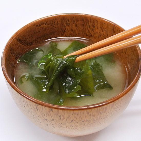 ケンコウかいそうjpの【乾燥カットわかめ 九州天草産】旨みがギュッと詰まったカットわかめです。ひとつまみ入れるだけで料理を引き立てます!|kenkou-kaisou