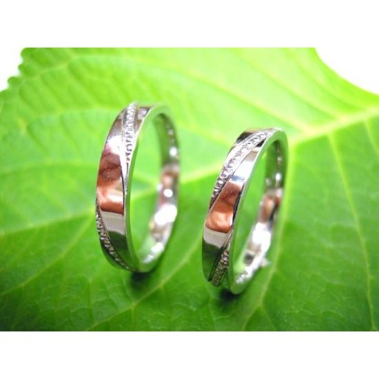 プラチナ 結婚指輪【本物の鍛造】ミル打ちが斜めに流れる躍動感のあるデザイン!指輪の3ヵ所に流れるミル打ち|kouki