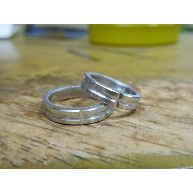プラチナ 結婚指輪【本物の鍛造】打ち出した光沢の槌目リングに丸溝の優しいクロスが映える!|kouki|21