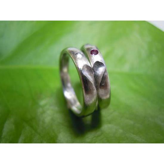 プラチナ 結婚指輪【本物の鍛造】荒仕上げの甲丸デザインにハート彫り!誕生石かダイヤを指輪に埋め込む kouki