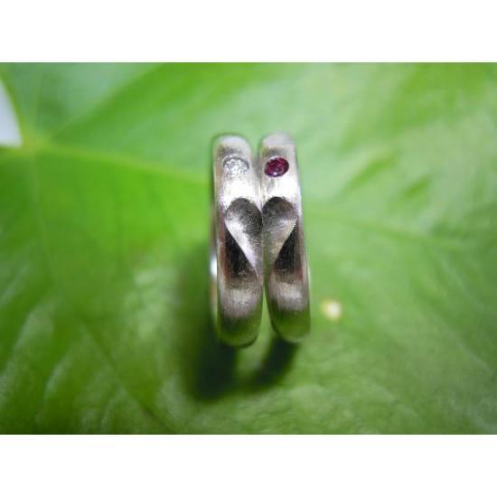 プラチナ 結婚指輪【本物の鍛造】荒仕上げの甲丸デザインにハート彫り!誕生石かダイヤを指輪に埋め込む kouki 05