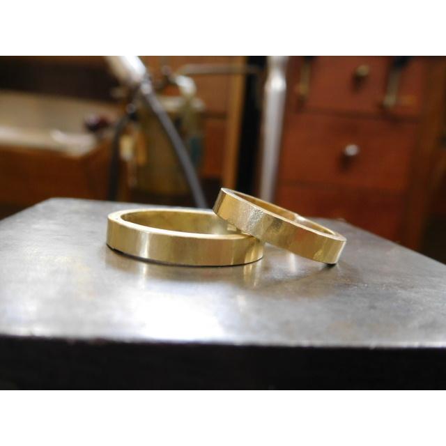 ゴールド 結婚指輪【本物の鍛造】浅めの槌目が繊細で美しい!艶消し平打ちデザインにハート彫り|kouki|18