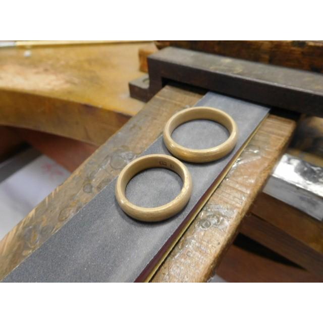 純金 結婚指輪【本物の鍛造】純金の荒仕上げ甲丸が美しい!ボリューミーな幅5ミリ&厚み2.3ミリ kouki 06