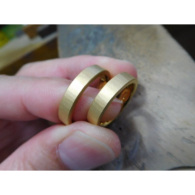 純金 結婚指輪【本物の鍛造】浅い槌目の艶消しが繊細で綺麗! 4ミリ幅の平打ちデザインがシンプルでGOOD|kouki