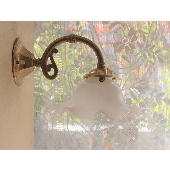 アンティーク調真鍮ブラケットライト(ウォールランプ)&ミルクガラスのウエーブフリルシェード(WVM) アンティーク調真鍮ブラケットライト(ウォールランプ)&ミルクガラスのウエーブフリルシェード(WVM)