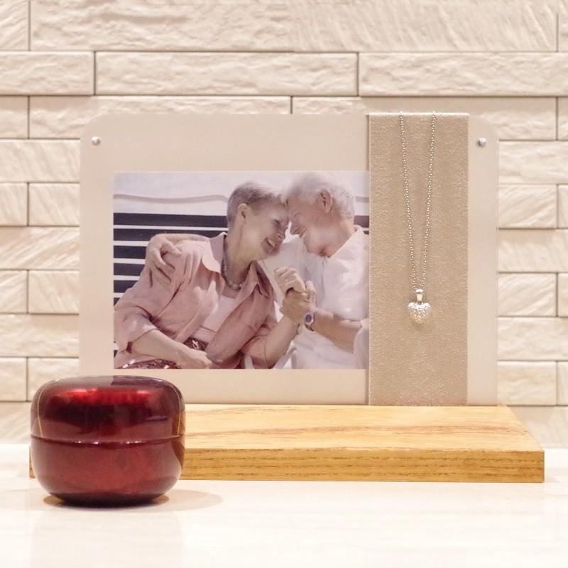 ソウルステージ/ネックレススタンド メモリアルペンダントとご家族の写真立が一体化した祈りのステージ memoriaareca 07