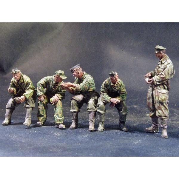 ドイツ軍 III号戦車クルーセット(転輪に座るクルー4体と立っている将校1体の5体入) Panzer crew at rest.kit contains five figures 1/35 [ACM-35006]