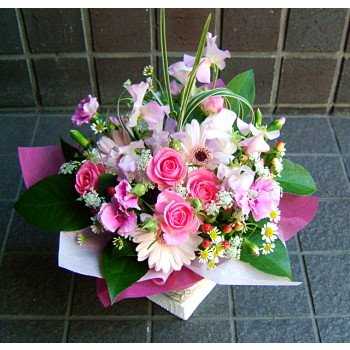 驚きの値段で お祝い 開店祝い モデル着用 注目アイテム 結婚記念日 敬老の日 花 条件付き送料無料 おまかせアレンジフラワー ピンク系 プレゼントなどに 誕生日