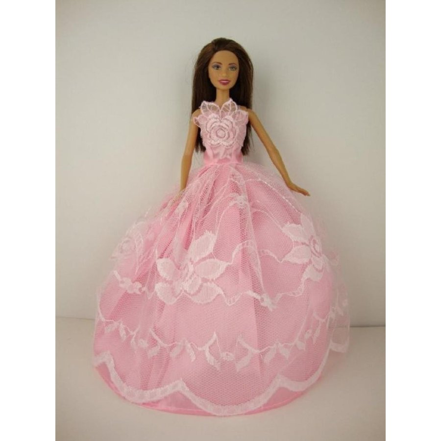 バービー人形 着せ替え おもちゃ A Pale ピンク Gown in a Floral Lace Theme on the Front of th