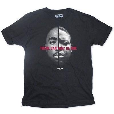 アスレチック ウェア UNDRCRWN Under Crown There Can Only Be One Tupac and Biggie Tシャツ (ブラック) シャツ 09049BLK