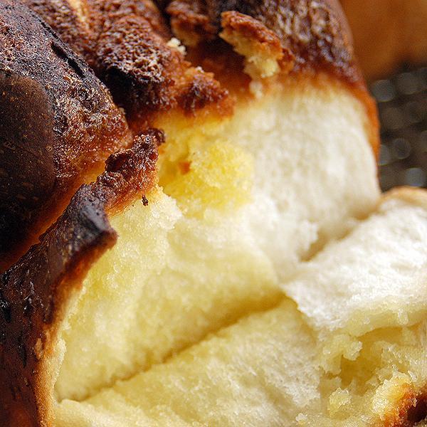 アマンド食パン 2斤  アーモンドたっぷりのケーキ生地が楽しめる食パンです。 pao