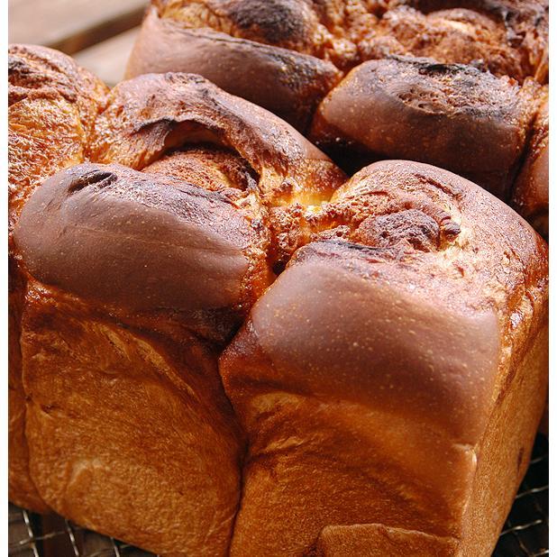 アマンド食パン 2斤  アーモンドたっぷりのケーキ生地が楽しめる食パンです。 pao 03