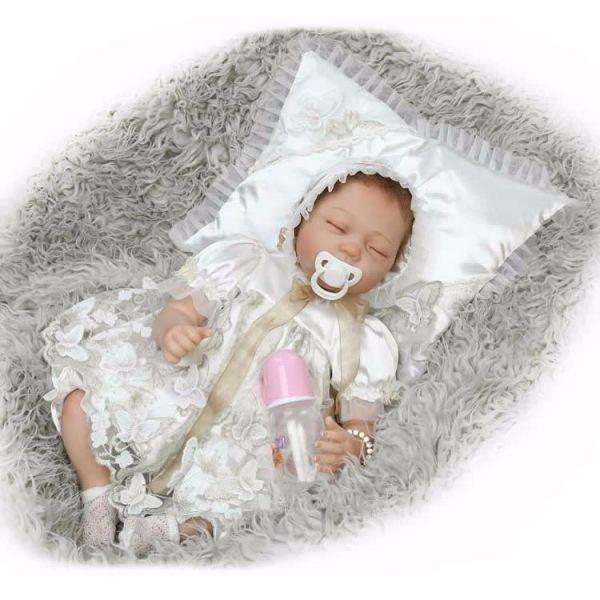リボーンドール リアル赤ちゃん人形 ベビー人形 ハンドメイド海外ドール 衣装と哺乳瓶・おしゃぶり付き クローズアイ お宮参り