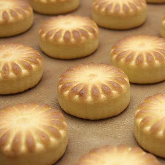 黄身餡を包み込んだ、バニラ風味の乳菓 榮山銘菓 天平花 20個入り|toramin|02