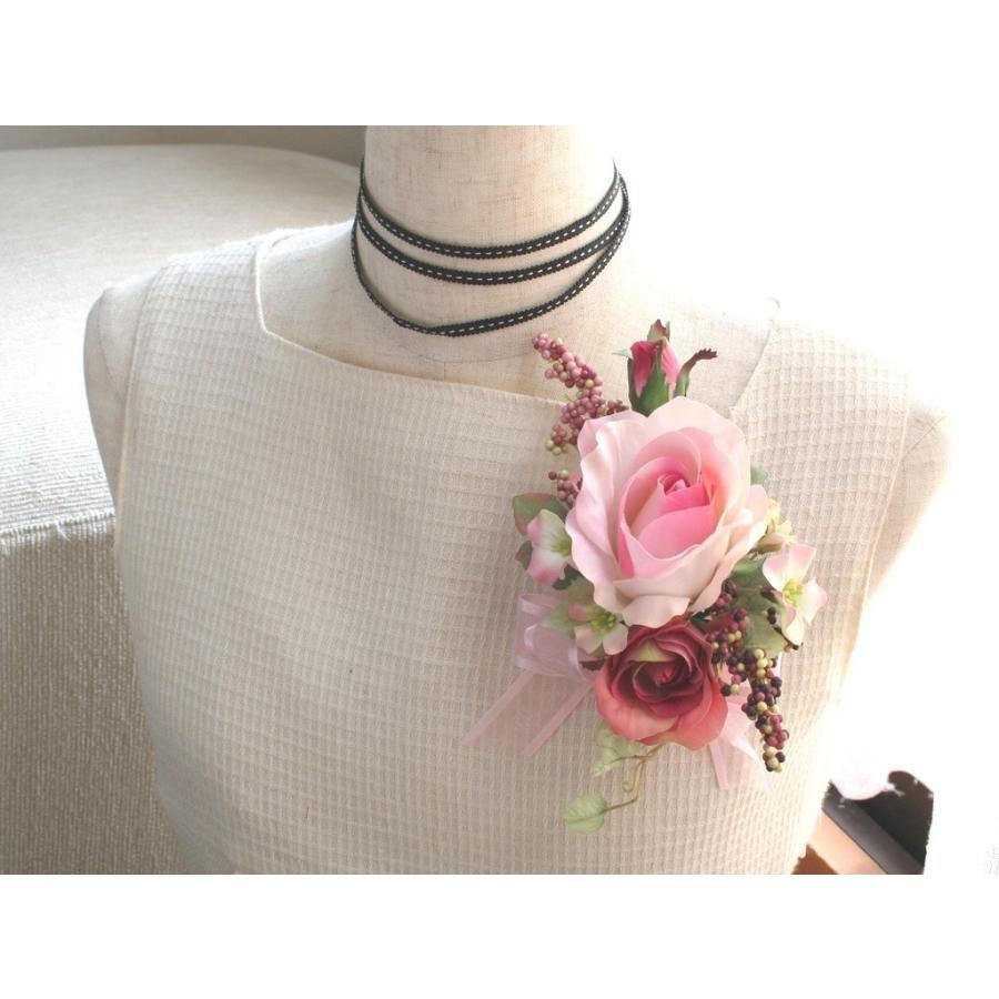 ピンクの流れるようなラインのバラのコサージュ|vertpalette-store|02