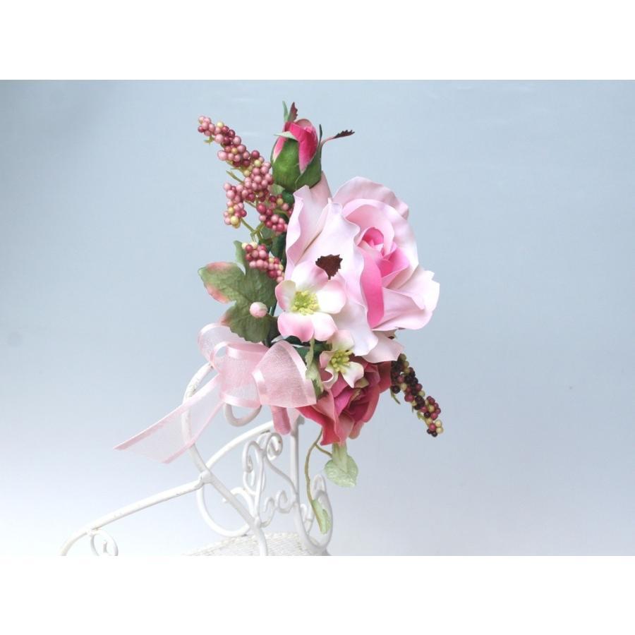 ピンクの流れるようなラインのバラのコサージュ|vertpalette-store|04