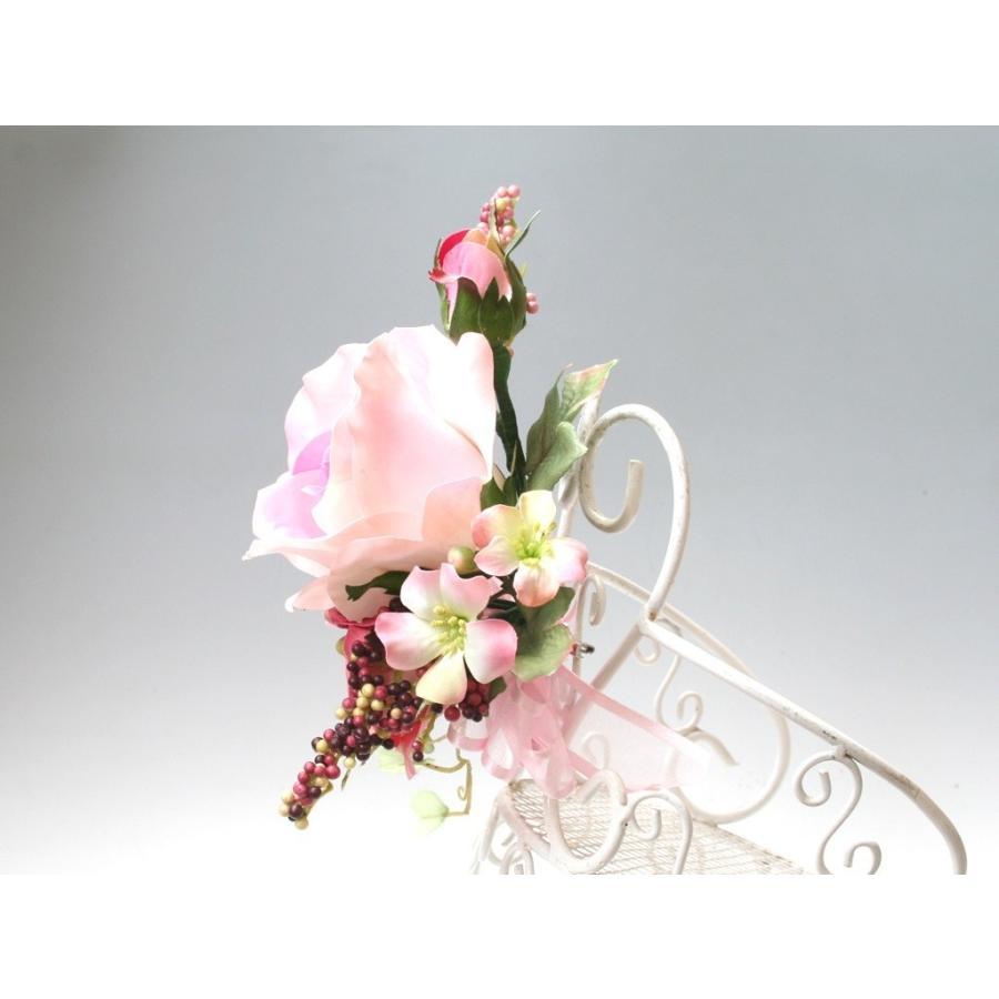ピンクの流れるようなラインのバラのコサージュ|vertpalette-store|05