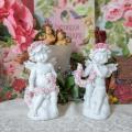 雲の上に座って花飾りを作る姿の とっても可愛らしい天使のオブジェ。 高さ約15cmで存在感もあるサイ...