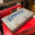 ノコギリやナイフ、刃など工具メーカー TROJANのヴィンテージメタルツールボックスです。  TRO...