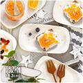 持ち手のようなリムのついた、トレーのような陶器のお皿。 細長い形はテーブルの上でも場所をとりすぎない...