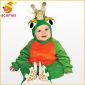 冠をかぶったカエルの王子様の赤ちゃんコスチュームです。カエルの目と王冠のフードと、足の裏に「kiss...