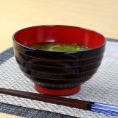 石川県山中塗で作られている山中漆器(合成漆器)です。黒に朱色の筋の入った落ち着いた雰囲気のお椀です。...