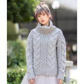 ニット / 大きな タートルネック に大きな ケーブル編み 。ざっくり編まれた厚手の セーター 。 ...
