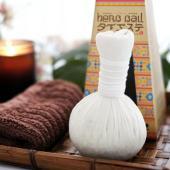 「ハーブボール」は100%タイ産の12種類のハーブを乾燥させ、丁寧に布にくるんだもの。  温めて体に...