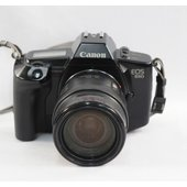 1987年にキヤノン社より発売された35mmフィルムカメラです。  現代に続くEOSシリーズの第一号...