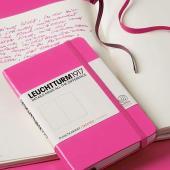 精巧さを高めた伝統的なノートブック。ハードカバー表紙にゴムバンドというクラシックな仕様はもとより、ノ...