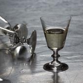 スロバキアのガラスメーカーRONA(ロナ)のワイングラス。控えめなゴシック調のデザインに、やや重心の...
