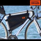 トップチューブ下に装備するフレームバッグは、バイクパッキングギアの「3種の神器」と呼ばれる装備のひと...