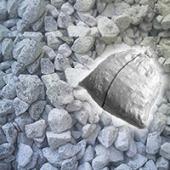防犯・防草砂利としてお使いいただける粒の揃っている石灰石の砕石です。大きさは約3cm〜5cmぐらいで...