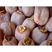 信州の名産品の市田柿 加工によって果面に生じた白い粉は、糖分の乾燥によって生じたもので、その成分は果...