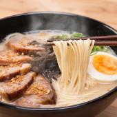 【こってりとした豚骨スープとにんにくの香ばしさが絶品のラーメン】 熊本ラーメンといえば、にんにくの効...