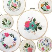 初めて刺繍をする方にお勧め、可愛らしい花がモチーフの刺繍セットです。 【セット内容】 刺繍糸+針+図...