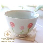 暖かい春を思わせるかわいい野いちご♪ 少し深みのあるご飯茶碗です。 ふんわりと軽い!これが有田焼・波...