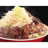 丼から溢れる巨大チャーシューは、甘辛いタレが染みこんでおり、口の中でほろほろとほぐれる。鶏がらの旨み...